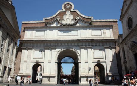 Porta dela Popolo. À esquerda está o Igreja de Santa Maria del Popolo.