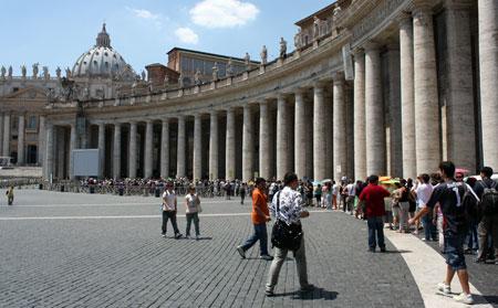 Fila na entrada da Basílica de São Pedro